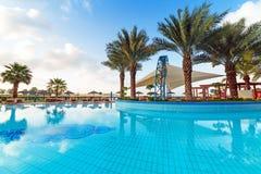Salida del sol en la piscina tropical Imagen de archivo libre de regalías
