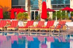 Salida del sol en la piscina tropical Foto de archivo