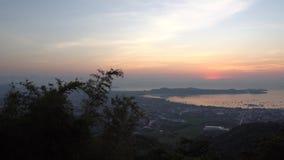 Salida del sol en la plataforma de observación Ofrece un paisaje de la bahía, de las islas y del océano metrajes