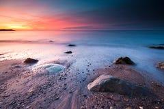 Salida del sol en la playa. Fotos de archivo libres de regalías