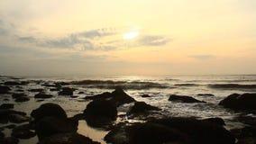 Salida del sol en la playa almacen de metraje de vídeo