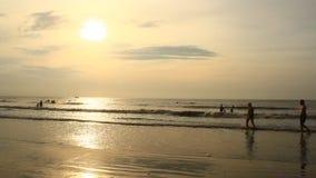 Salida del sol en la playa almacen de video