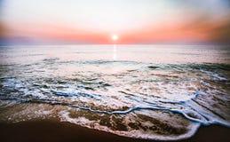 Salida del sol en la playa Imagenes de archivo