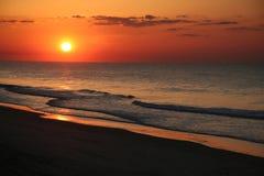 Salida del sol en la playa Imagen de archivo
