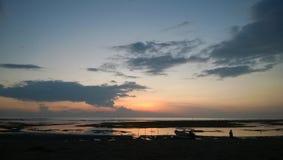 Salida del sol en la playa Bali de Pandawa Foto de archivo