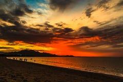 Salida del sol en la playa en la central de Vietnam Imagen de archivo