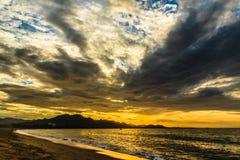 Salida del sol en la playa en la central de Vietnam Fotos de archivo libres de regalías