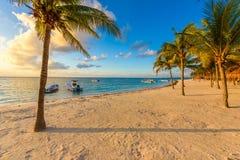Salida del sol en la playa de Akumal, bahía del paraíso en el maya de Riviera, del Caribe imagenes de archivo