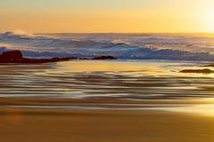 Salida del sol en la playa de Baggies, Durban, Suráfrica Imagen de archivo libre de regalías