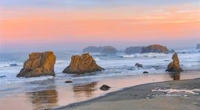 Salida del sol en la playa de Bandon Imagenes de archivo