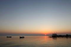 Salida del sol en la playa de Busaiteen, Bahrein Fotos de archivo libres de regalías