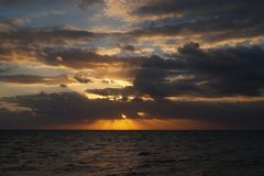 Salida del sol en la playa de Cancun imagenes de archivo