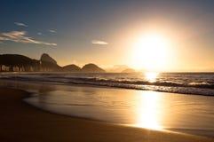 Salida del sol en la playa de Copacabana Foto de archivo