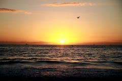 Salida del sol en la playa de Copacabana Imagenes de archivo