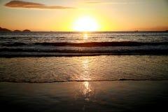 Salida del sol en la playa de Copacabana Fotos de archivo
