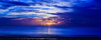 Salida del sol en la playa de Hua-Hin Imagenes de archivo