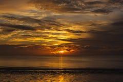 Salida del sol en la playa de Hua-Hin Foto de archivo