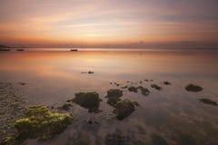 Salida del sol en la playa de la alga marina, Bali Fotos de archivo libres de regalías