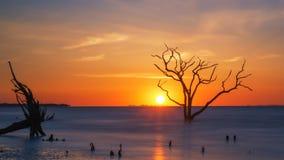 Salida del sol en la playa de la bahía de la botánica fotos de archivo