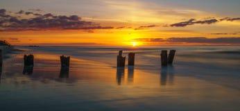 Salida del sol en la playa de la locura Imagenes de archivo