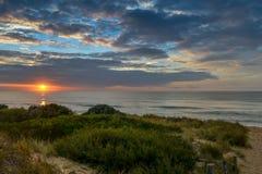Salida del sol en la playa de oro, Imagenes de archivo
