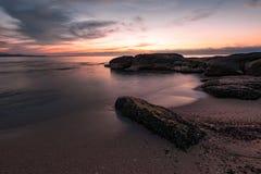 Salida del sol en la playa de Ravda, Bulgaria Imágenes de archivo libres de regalías