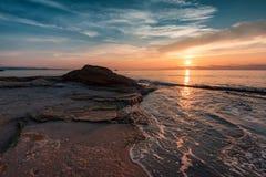 Salida del sol en la playa de Ravda, Bulgaria Foto de archivo libre de regalías