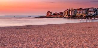 Salida del sol en la playa de Sozopol Fotos de archivo libres de regalías