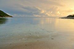 Salida del sol en la playa del desierto Fotografía de archivo libre de regalías