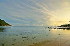 Salida del sol en la playa del desierto Foto de archivo libre de regalías
