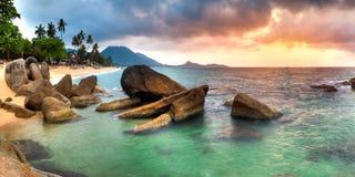 Salida del sol en la playa del lamai Imagen de archivo libre de regalías