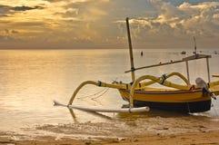 Salida del sol en la playa del sanur Fotos de archivo libres de regalías