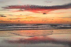 Salida del sol en la playa en las baterías externas Fotos de archivo libres de regalías