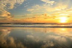 Salida del sol en la playa en las baterías externas Fotografía de archivo libre de regalías