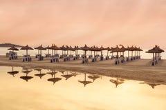 salida del sol en la playa en Mallorca fotografía de archivo