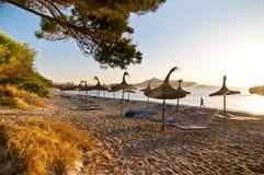 Salida del sol en la playa en Mallorca, España Fotografía de archivo