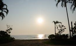 Salida del sol en la playa en frente Imágenes de archivo libres de regalías