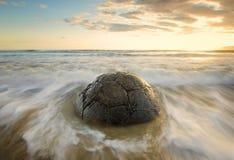 Salida del sol en la playa Nueva Zelanda de Moeraki Boulder Fotos de archivo libres de regalías