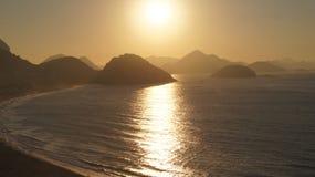 Salida del sol en la playa Rio De Janeiro Brazil de Copacabana Imagen de archivo libre de regalías