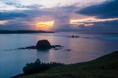 Salida del sol en la playa serenting Lombok imagenes de archivo