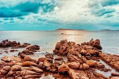 Salida del sol en la playa y el mar Mediterráneo de Capriccioli en Cerdeña Italia imagenes de archivo