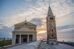 Salida del sol en la 'promenade' de Caorle Italia Caorle, faro Imagen de archivo libre de regalías