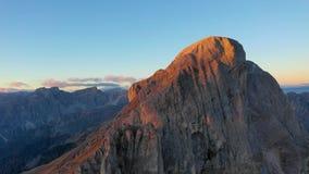 Salida del sol en la provincia de Bolzano, dolomías Vista panorámica de montañas y de valles Otoño en Italia Pico Tullen almacen de video