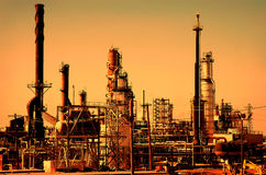 Salida del sol en la refinería de petróleo Fotos de archivo