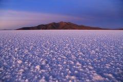 Salida del sol en la sal Salar de Uyuni plano, Bolivia Foto de archivo libre de regalías