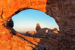 Salida del sol en la ventana del norte del canal del arco de la torrecilla, parque nacional de los arcos Imagen de archivo libre de regalías
