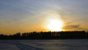 Salida del sol en lapso de tiempo del lago del invierno metrajes
