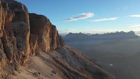 Salida del sol en las dolomías Vista aérea de montañas y de valles El Tyrol del sur y Trentino Otoño en Italia metrajes