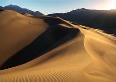 Salida del sol en las grandes dunas de arena Imagen de archivo