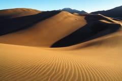 Salida del sol en las grandes dunas de arena Fotos de archivo